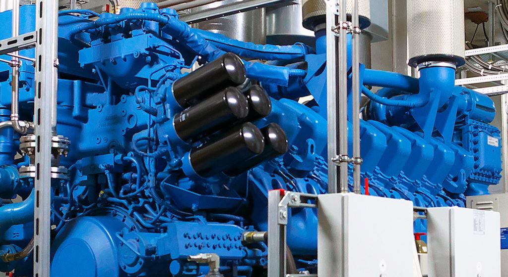 Eine große, blau gestrichene und dieselmotorisch betriebene Netzersatzanlage zur Erzeugung von Notstrom