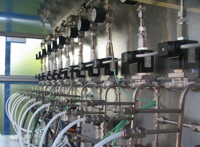 Ein Prüfstand mit hellen Kunststoffleitungen, silbernen Metallrohren und Kraftstoffpumpen.