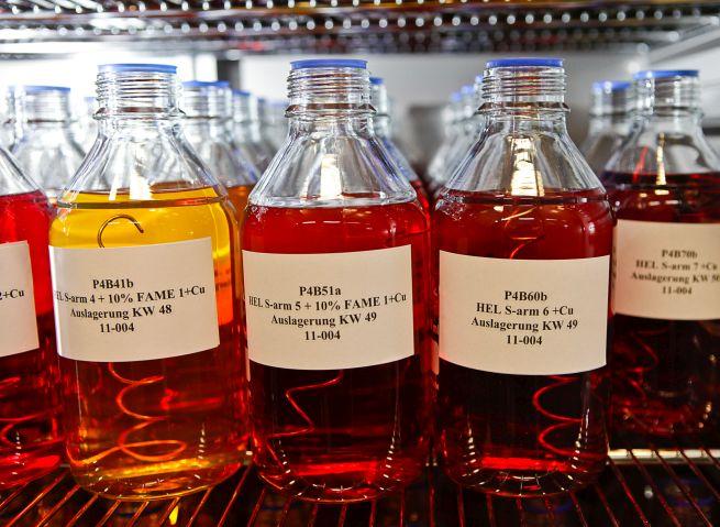 Beschriftete Brennstoffproben lagern in Flaschen in einem Wärmeschrank.